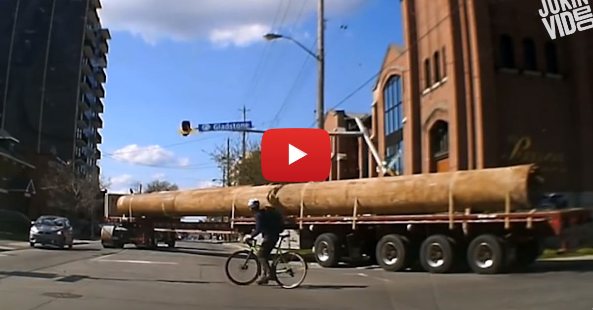 Super Long Truck Destroys Traffic Light During Right Turn