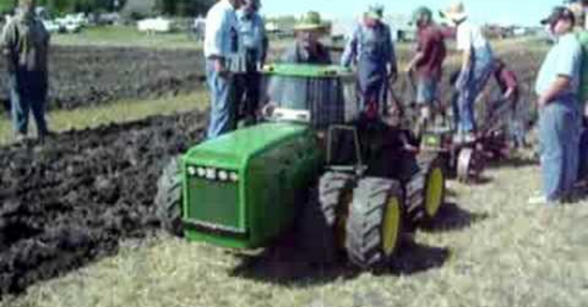 [VIDEO] This 1/8 Scale John Deere Tractor Hauls With the Best of Them