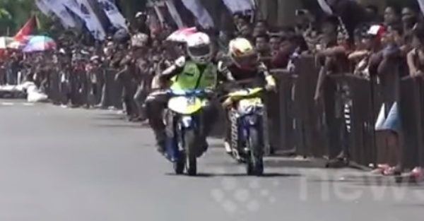 Racer gets elbowed off his bike in dirty move, but gets his revenge in the sweetest way possible