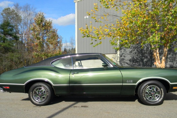 If you think this Oldsmobile 442 is pretty, wait until you see the inside
