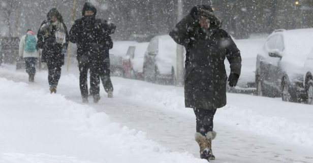 Hundreds of Flights Cancelled, Traffic Backed up Due to Midwestern Snowstorm