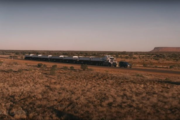 Land Rover Discovery Tows 121-Ton Road Train in Impressive Display