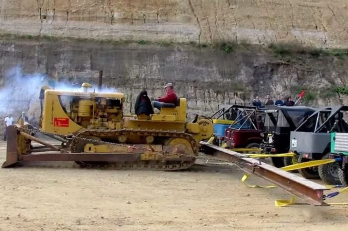 Caterpillar Bulldozer vs. 20 Land Cruisers in Tug of War